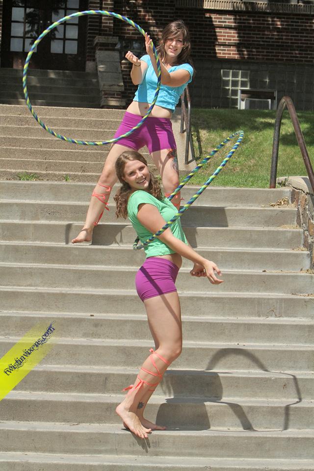 Hooping Duo Twistin VIxens